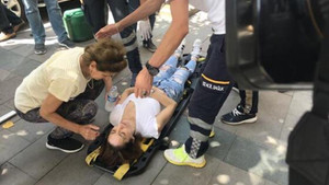 İstanbul'da yolda yürüyen kadının başına taş yağdı