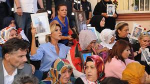 Ünlü isimlerden, ailelerin HDP önündeki eylemine destek
