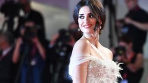 Penelope Cruz Venedik Film Festivali'nde kırmızı halıya damga vurdu