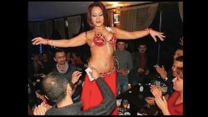 Cinsel hayatlarını renklendirmek dansöz kostümü ile göbek attı