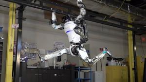 Boston Dynamics'in ünlü robotu Atlas, akrobatlara meydan okuyor
