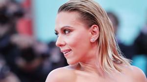 Tacizle suçlanan Woody Allen'a, Scarlett Johansson'dan destek