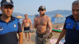 Rus turist Marmaris'teki plajda dedektörle arama yaptı