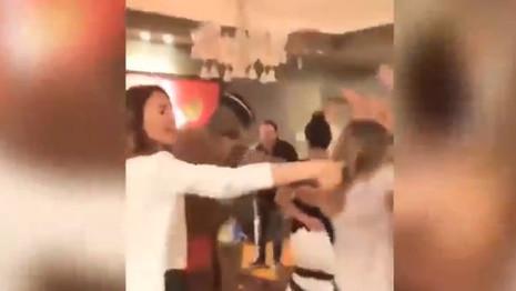 Zeynep Beşerler ve arkadaşları siyahi dansçıyla partide