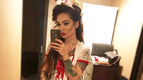 Rus doktorun hemşire kıyafetiyle çekici pozlar vermesi bakanlığı kızdırdı