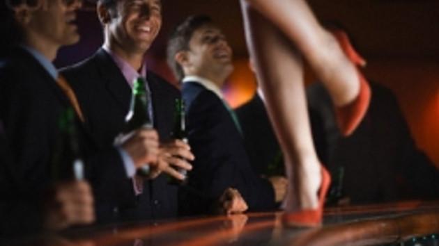 Striptizci kızlar çırılçıplak soyununca, karakolluk oldu!