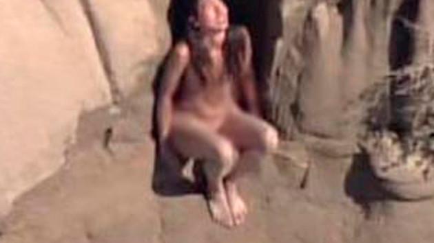 Çıplaklar kampına girmek istedi ve... Genç kızın zor anları!