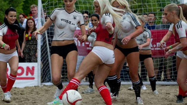 İki ülkenin porno yıldızları maçın provasını yaptı!