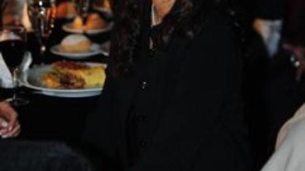 Hülya Avşar'ın kızı Zehra büyüdü! Makyaj yaptı sahneye çıktı!
