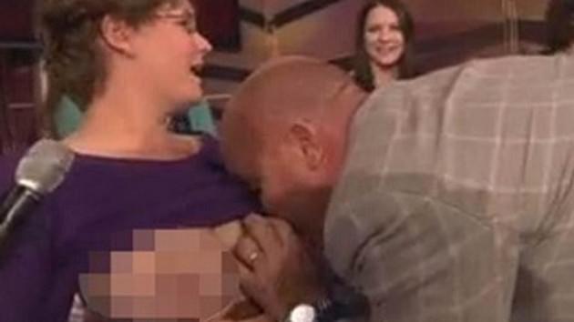 Canlı yayında rezalet! Kadın konuğunun göğüslerini emdi!