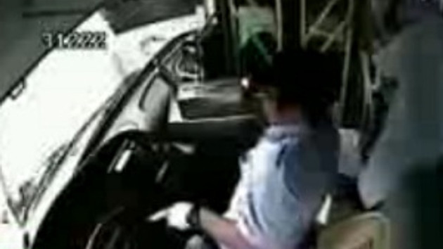 Durağı kaçıran şoförü dövdü, otobüs 9 aracı biçti!