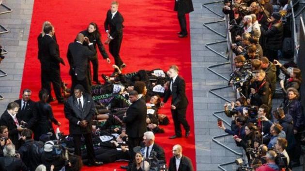 Feministler Londra'da  film galasını bastı