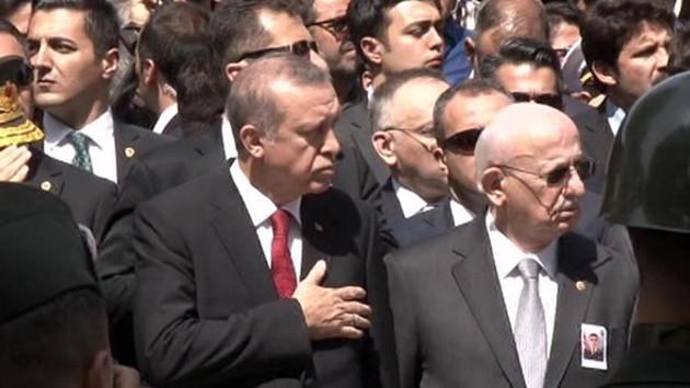 Erdoğan elini kalbine götürdü... 5 aylık ikizler şehit babalarını uğurladı