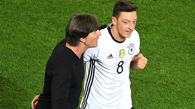 Mesut Özil Almanya'yı karıştırdı