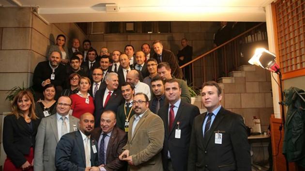 Başbakan'dan Meclis'te nöbet tutan gazetecilere özel ziyaret!