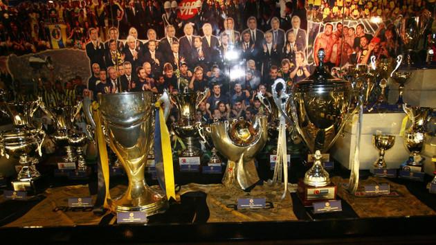 Fenerbahçe'nin müzesinde büyük şok! Trabzon taraftarı camı kırdı ve...