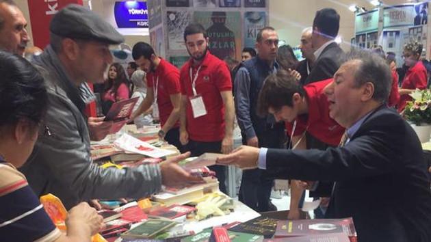 Sebahattin Önkibar'a Tüyap Kitap Fuarı'nda saldırı