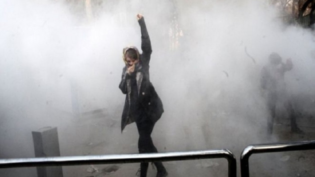 İran Devrim Muhafızları: Protestolara devam edenler demir yumrukla karşılaşır