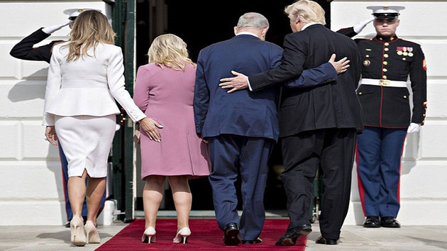 Melania Trump Netanyahu'nun eşinin kalçasına dokununca...