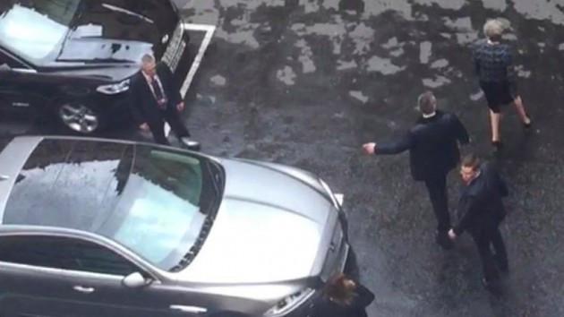 Silahlı korumalar Başbakanı böyle kaçırdı.. Şok görüntüler