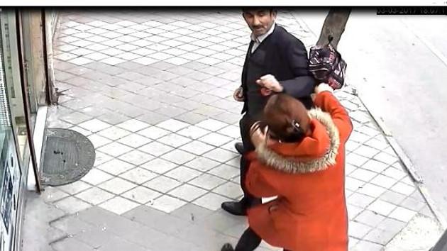 Çocuğuyla yürüyen genç kadına taciz anı kamerada