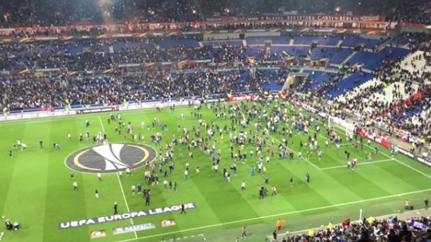 Lyon'da ortalık karıştı! Binlerce taraftar sahaya indi