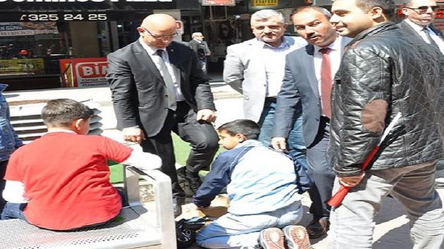 23 Nisan'ı çocuğa ayakkabı boyatarak kutladı