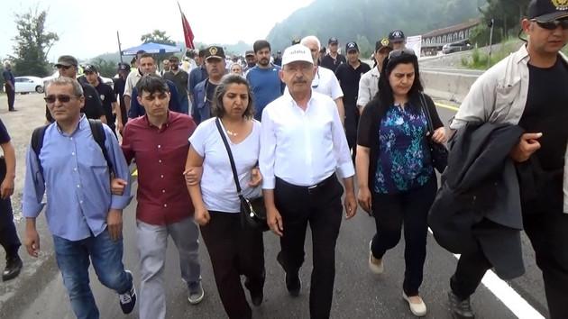 Berkin Elvan'ın ailesi de Kılıçdaroğlu'yla yürüdü