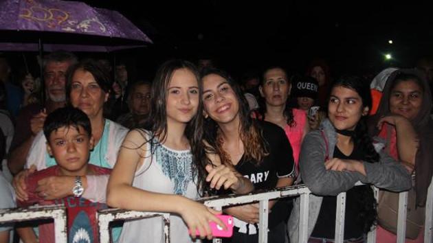 Yağmur altında saatlerce Aleyna Tilki'yi beklediler!