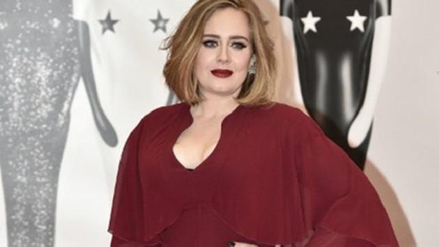 Adele konuşmayı bıraktı, işaret diliyle iletişim kuruyor