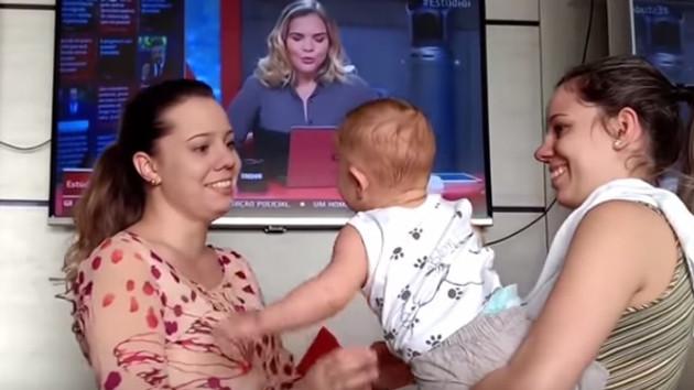 Annesinin ikizini gören bebek