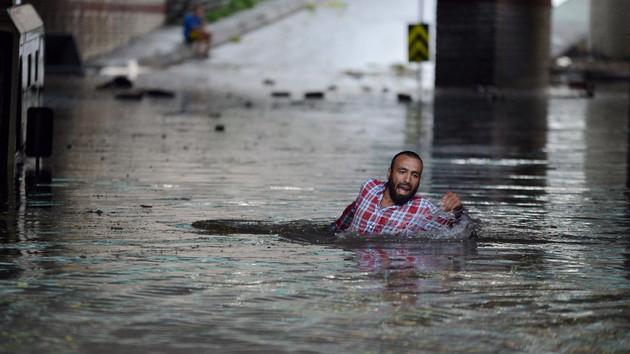 Burası İstanbul! Sel sularından yüzerek kurtuldu