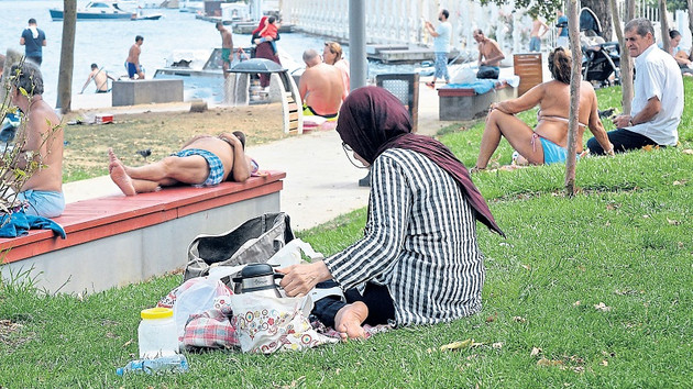 Posta gazetesi muhabiri şortuyla maçka parkını dolaştı