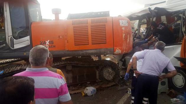 Ağrı'da vinç minibüsün üzerine devrildi: 8 ölü
