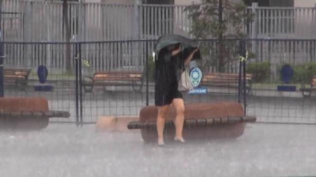 İstanbul'da yağmur aniden bastırınca ortaya bu görüntüler çıktı