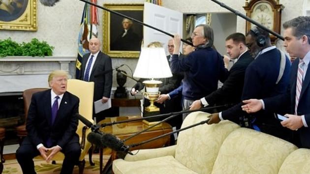 Trump o soruya kızdı, CNN muhabirini ofisinden kovdu!