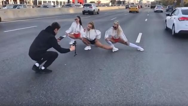 Şarkıcı Oksana Yakovleva klip çekimi için çevre yolunu kapattı