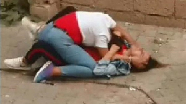 Sokaktakiler güçlükle ayırdı! Liseli kızların sokak ortasındaki kavgası şok etti!