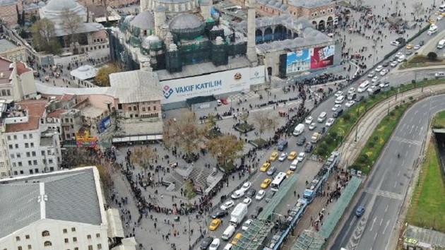 Eminönü'nde yüzlerce metrelik umut kuyruğu