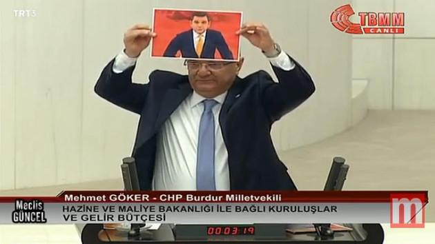 CHP'li vekil Mehmet Göker Mecliste Fatih Portakal posteri açtı: Fatih Portakal'ı size yedirtmeyiz!