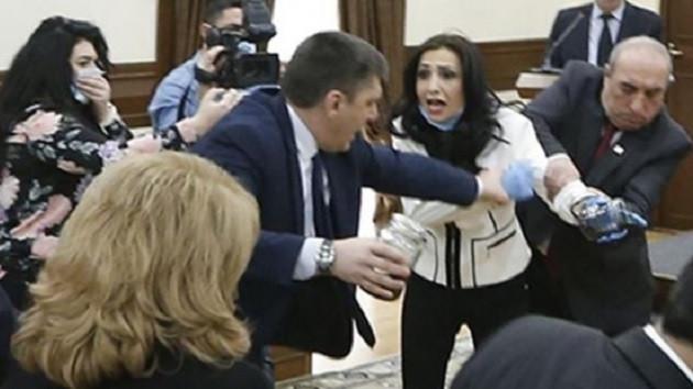 Ermenistan'da muhalefet partisi belediye başkanına dışkı verdi