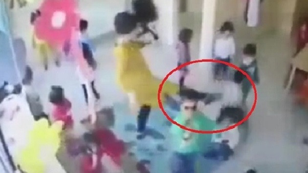 Çocuklara şiddet! Terlik ve tekmelerle vurdular