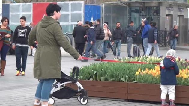 Taksim'de şok görüntü! Çocuğuna tasma takıp...