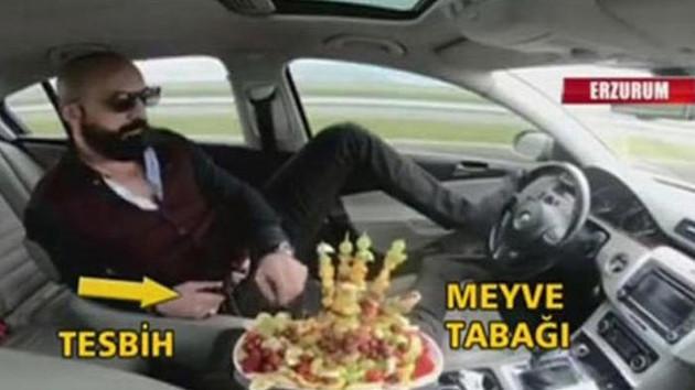 Trafikte pes dedirten görüntü! Meyve tabağı ve tesbih