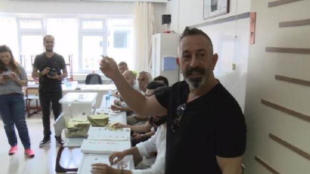 Cem Yılmaz oy kullandı: Muhabirin o sözüne kızdı