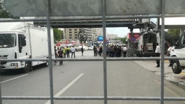 Yüksek Seçim Kurulu önünde polisten dağılın anonsu