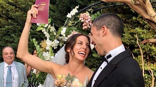 Can Bonomo ve Öykü Karayel'in düğün fotoğrafına gelen yorum kırdı geçirdi