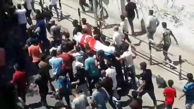 Son dakika: İsrail'in şehit ettiği Filistinli gencin tabutuna Türk Bayrağı örtüldü