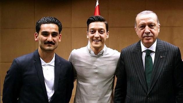 Mesut Özil geri adım atmadı: Erdoğan'la o fotoğrafı yine çektiririm