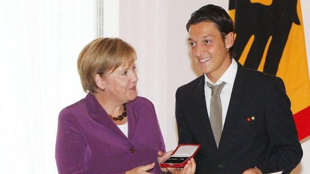 Merkel'in sözcüsünden Mesut Özil açıklaması: Kararına saygı duyuyoruz
